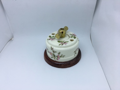 Выключатель 1-кл (проходной) 2х позиц. (Нежность) с подроз. вишня с МЕТАЛ. РУЧКОЙ золото арт.Z003215