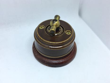 Выключатель 1-кл (проходной) 1 поз. (Карамель) с подроз. вишня с МЕТАЛ. РУЧКОЙ бронза арт.Z003180