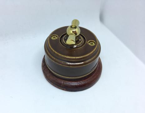 Выключатель 1-кл (проходной) 2х позиц. (Карамель) с подроз. вишня с МЕТАЛ. РУЧКОЙ золото арт.Z003221